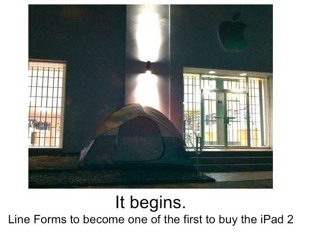První člověk ve frontě na iPad 2