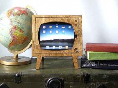 Travel Back In Time With This Retro TV iPad Dock