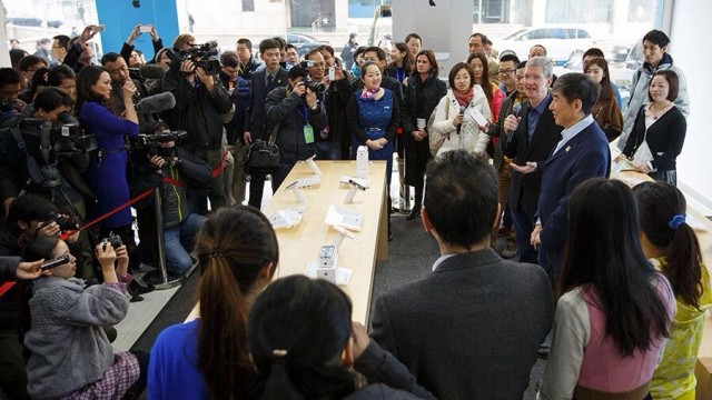 China Mobile iPhone Launch: Tim Cook Signs Handsets, Is Asked About iPhone 6