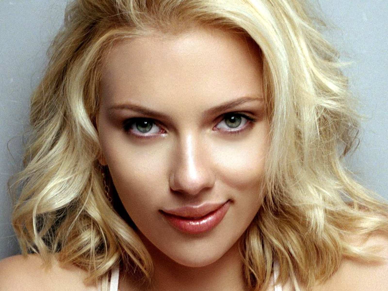 Scarlett Johansson Calls Siri 'A Backstabber' After Recent Diss
