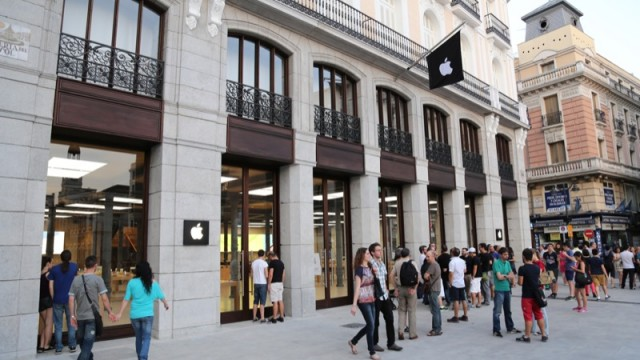 Apple's 101st Store In Europe Opens Its Doors To Customers In Madrid