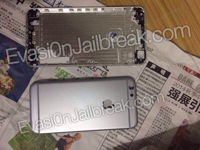 The purported rear shell of the 5.5-inch iPhone 6 with that of the 4.7-inch model