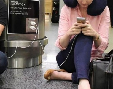 Samsung extends mockery of iPhone-toting 'wall huggers' to actual airports