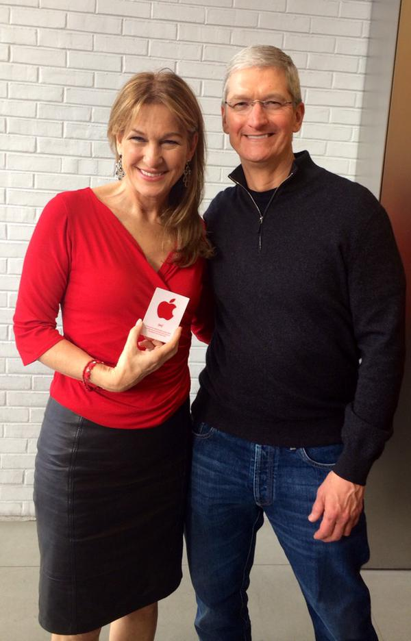 Tim Cook visits Apple retail store with (RED) CEO Deborah Dugan for World AIDS Day