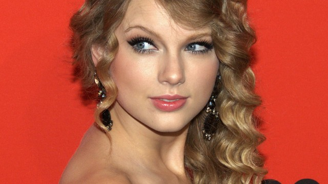 Apple is looking to nab exclusive content from Taylor Swift and other artists for its revamped Beats Music service