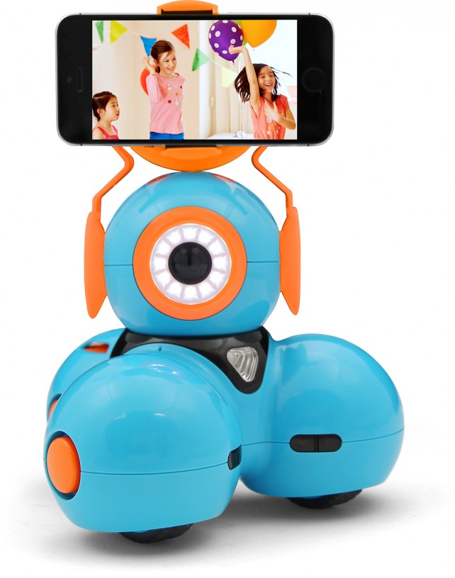 Kids can learn to program and have fun with Dash and Dot