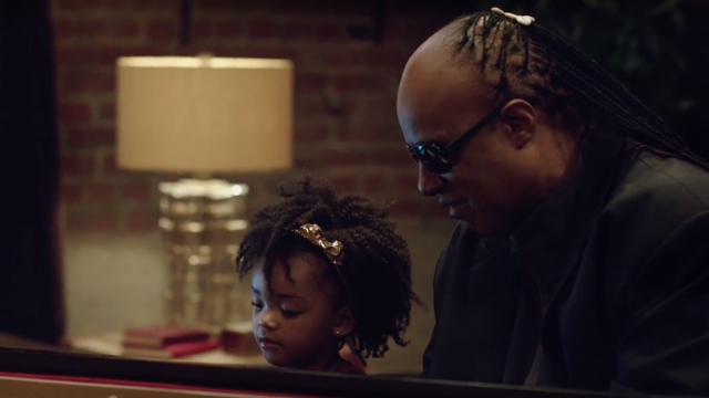 Apple publishes a Christmas ad featuring Stevie Wonder and Andra Day