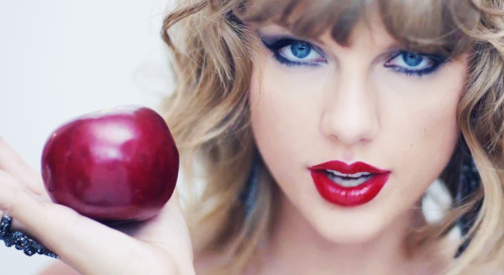 Taylor Swift holding apple